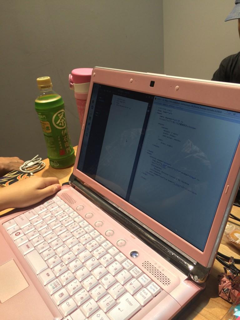 Bracketsを使ってHTMLを書いてるところ