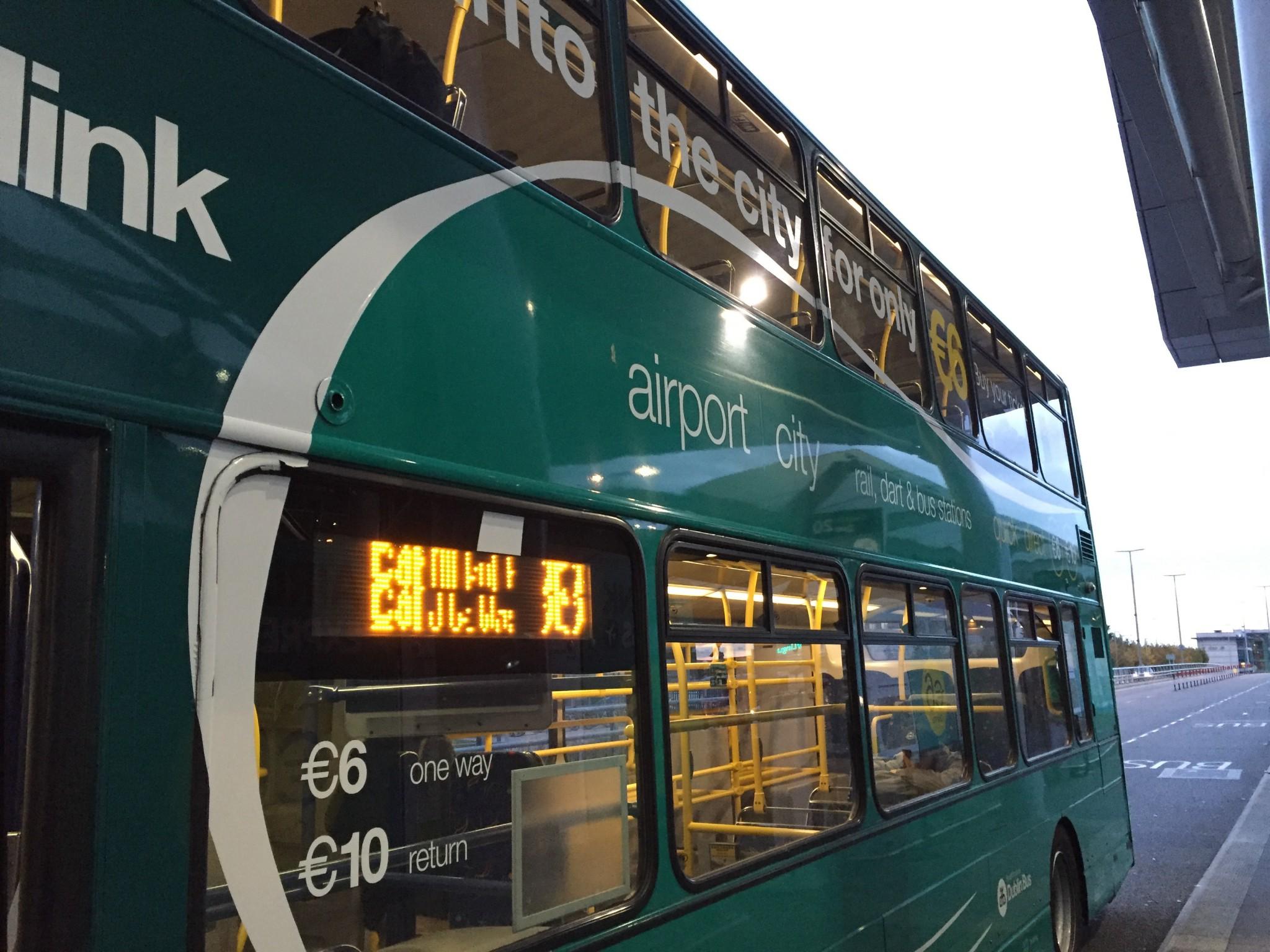 空港から市街地まで移動したバス。ヨーロッパ風の2階建てバスにちょっと憧れてました