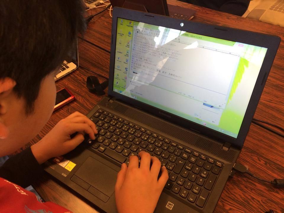 子供がサクラエディターを使ってHTMLを書いてる様子