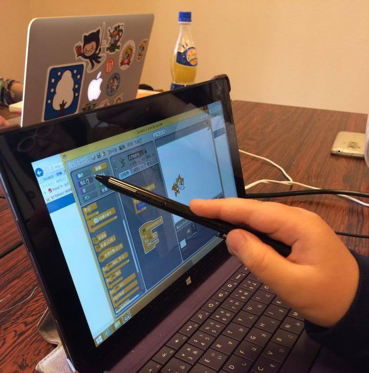 surface proでScratchを操作する子供