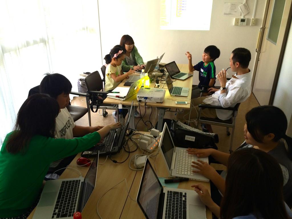 西宮市市民交流センターで開催したCoderDojoの様子。ScratchとHTMLを学んでます。